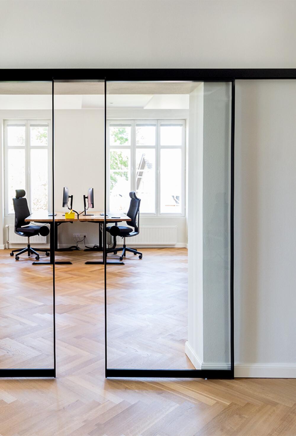 Alurahmen-Schiebetür AR10 als Durchgangstür im Büro
