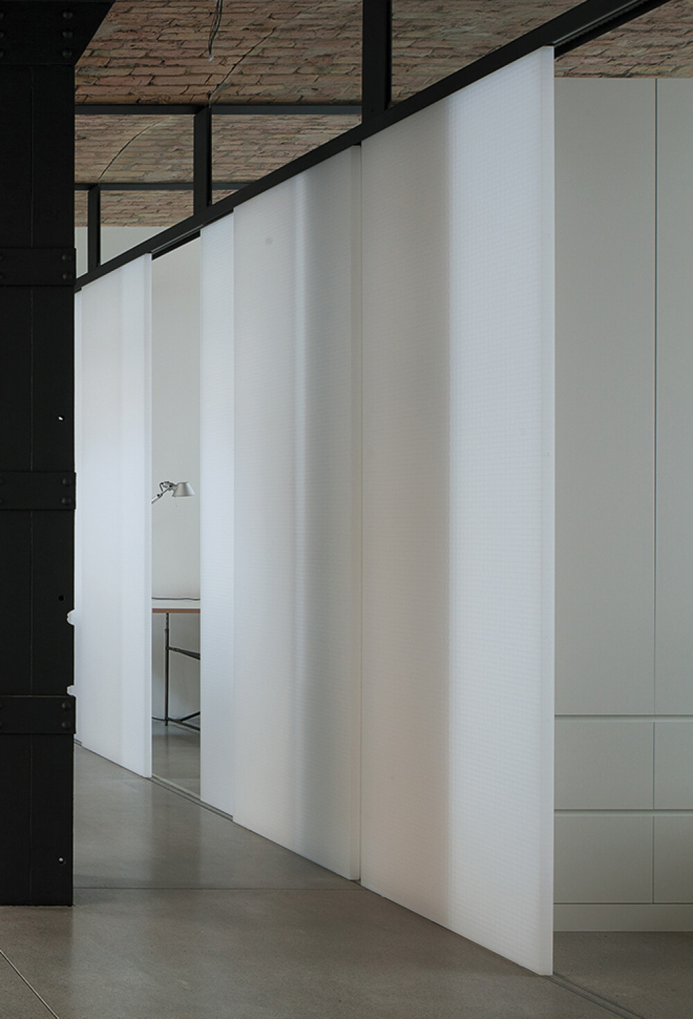 Wabenpaneel-Schiebetür WP00 als Raumteiler im Loft