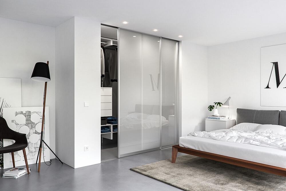 Schiebetür mit Alurahmen und Füllung aus Glas als Schrankfront im Schlafzimmer