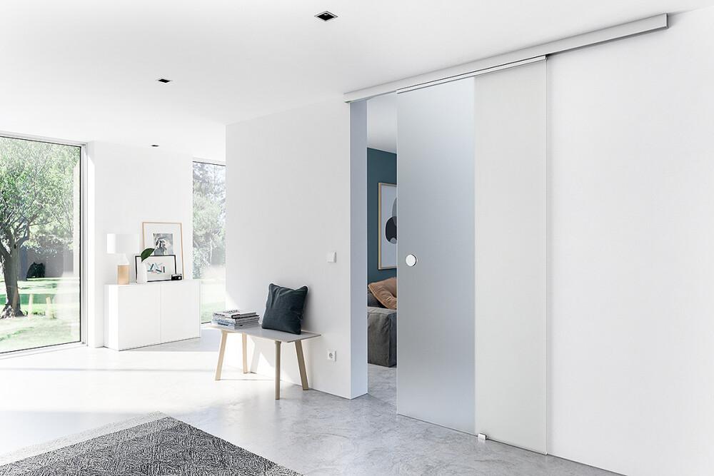 Schiebetür aus Glas als Durchgangstür im Wohnzimmer