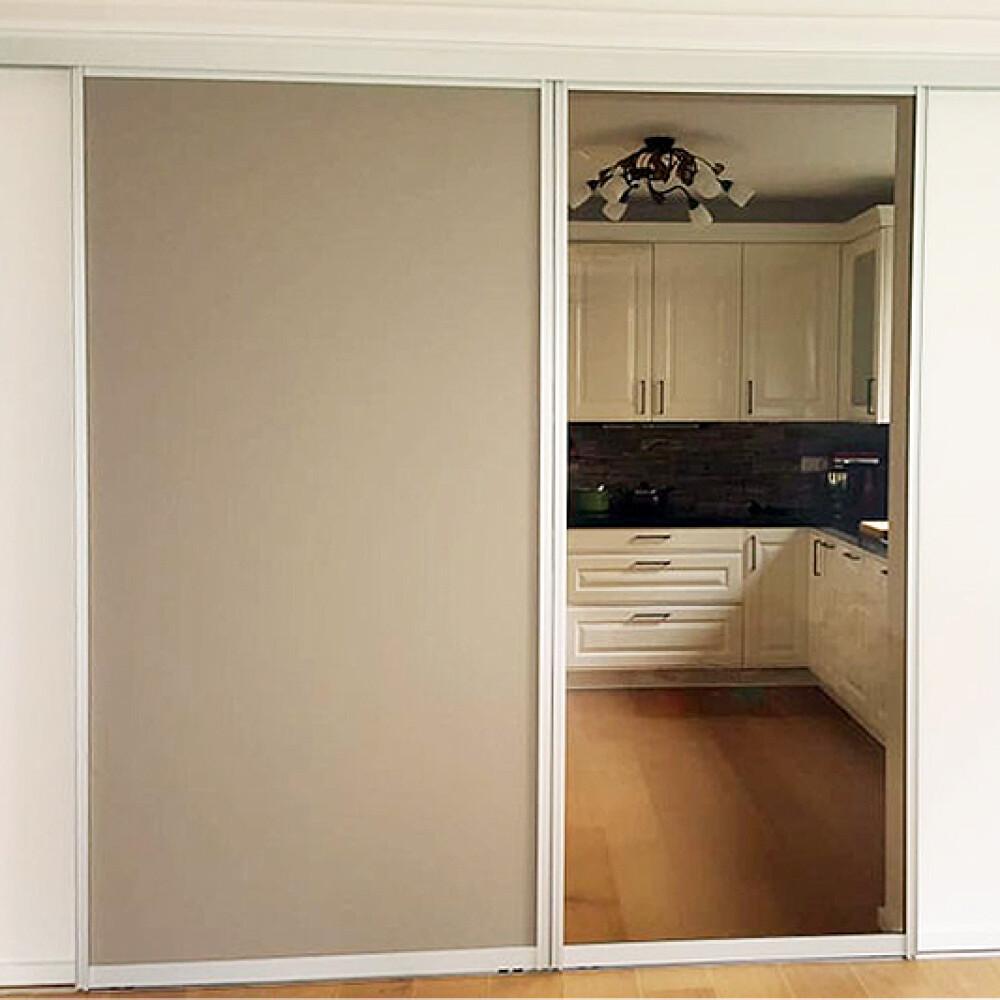 Kundenbild einer Schiebetür mit Alurahmen als Raumteiler in der Küche