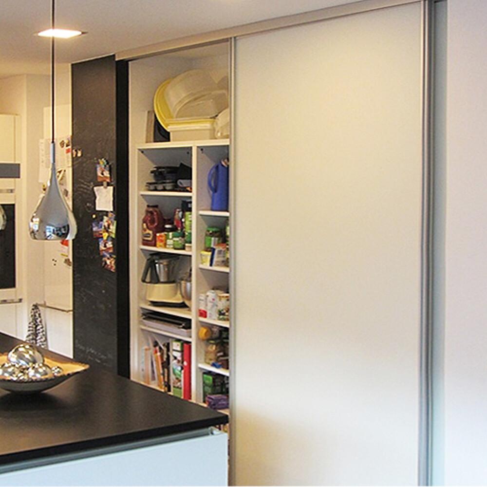 Kundenbild einer Schiebetür mit Alurahmen als Schrankfront in der Küche