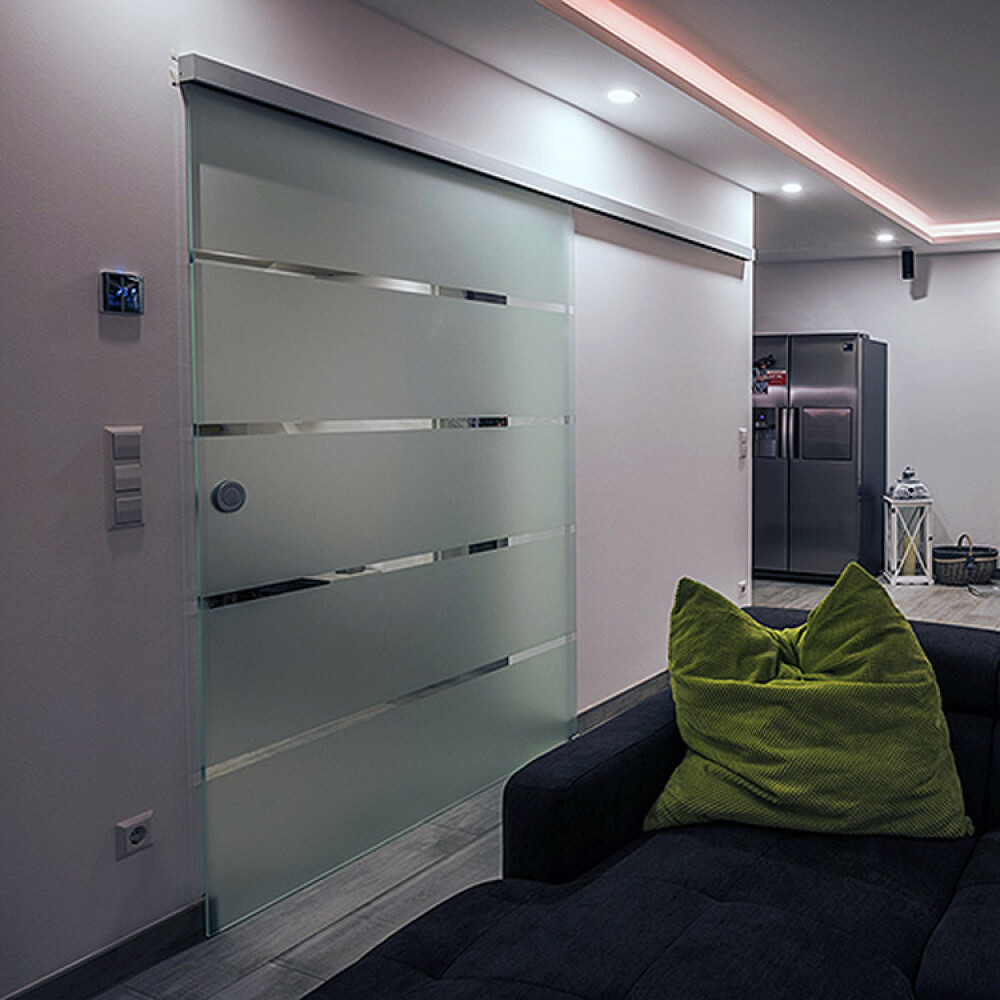 Kundenbild einer Schiebetür aus Glas als Durchgangstür im Wohnzimmer
