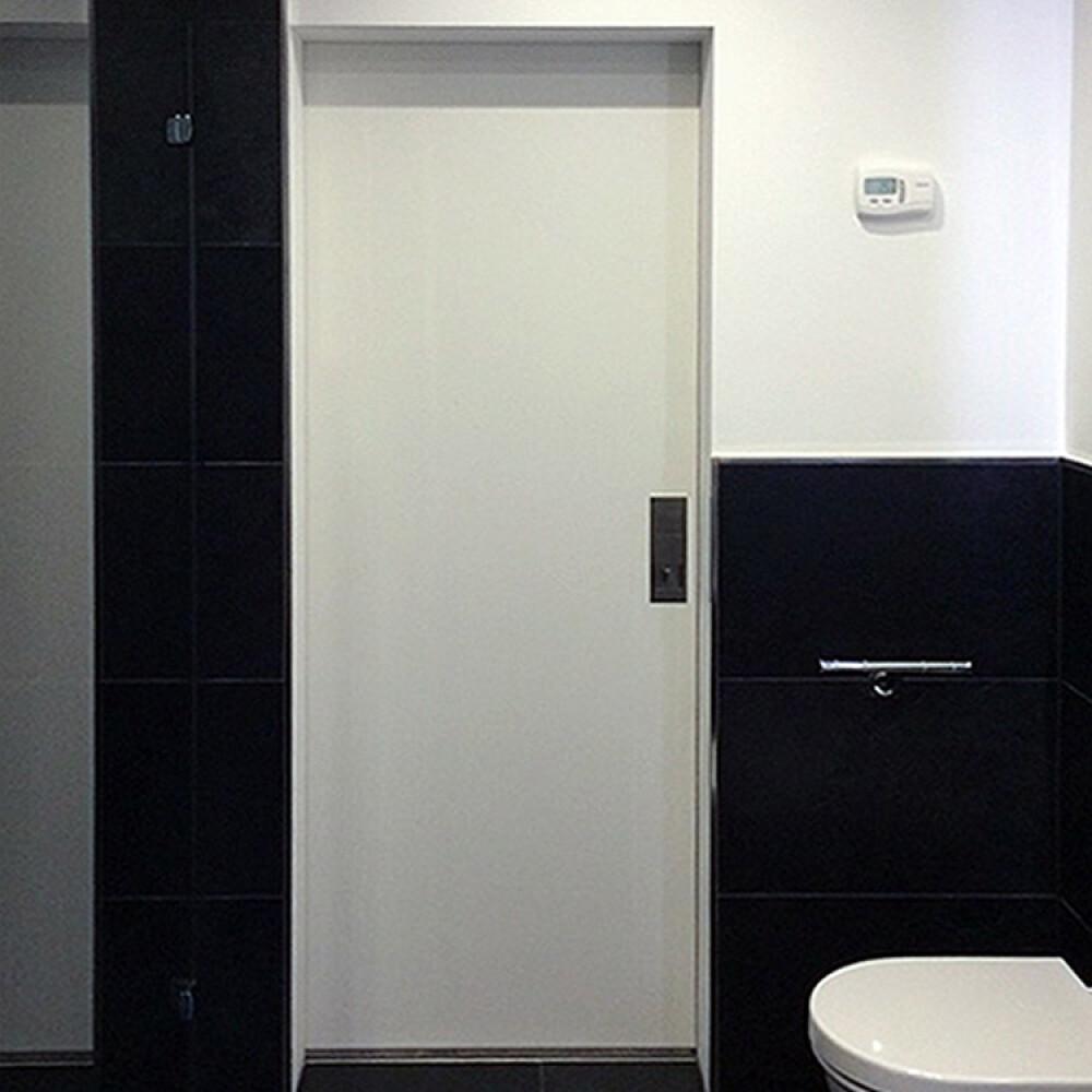 Kundenbild einer Schiebetür aus Holz als Durchgangstür im Badezimmer