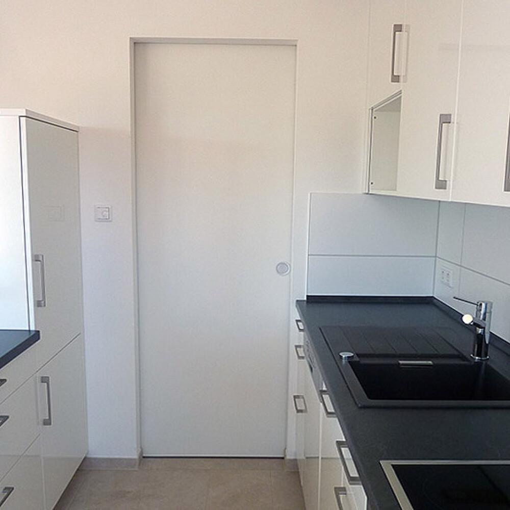 Kundenbild einer Schiebetür aus Holz als Durchgangstür in der Küche