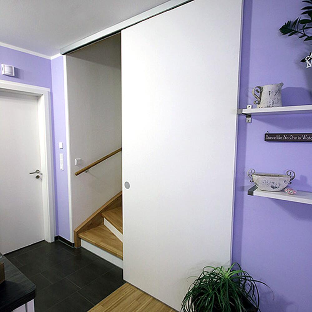 Kundenbild einer Schiebetür aus Holz als Durchgangstür zum Treppenhaus