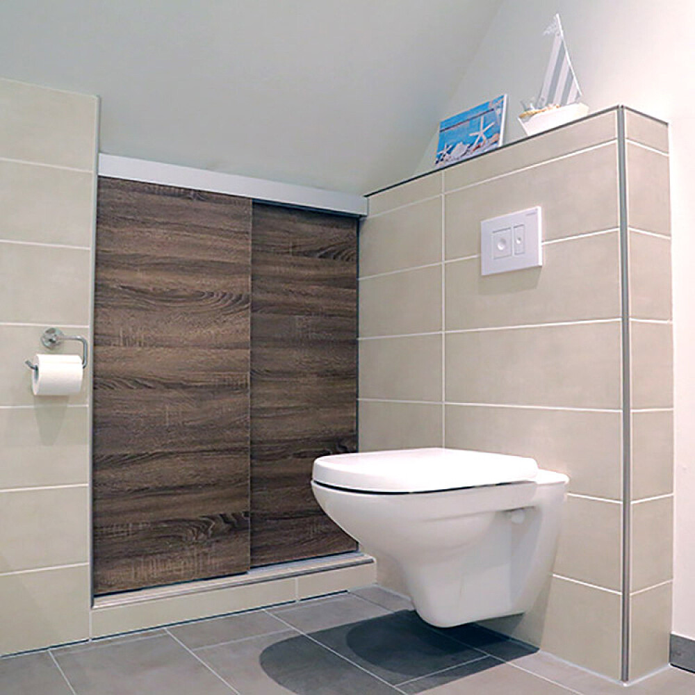 Kundenbild einer Schiebetür aus Holz als Schrankfront im Badezimmer
